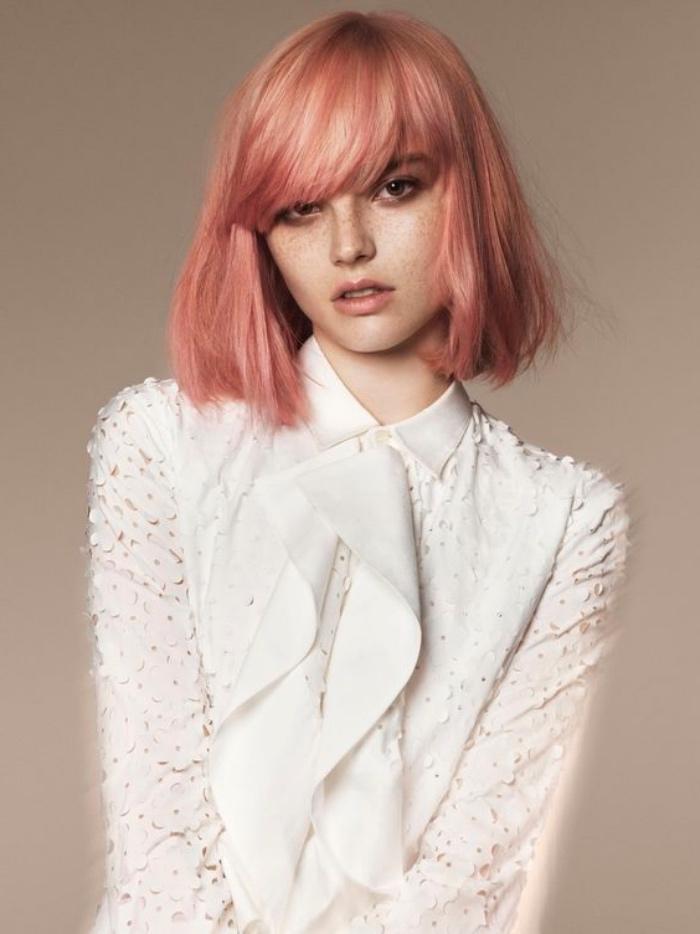 carré court, coloration cheveux rose gold, frange sur le front, coupe courte femme, look extravagante élégant