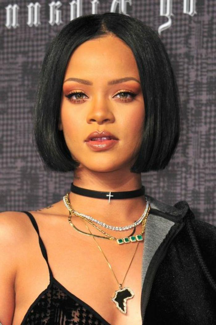 idée de coupe femme courte, carré court sur des cheveux noirs, idée de coiffure afro, Rihanna, look rock
