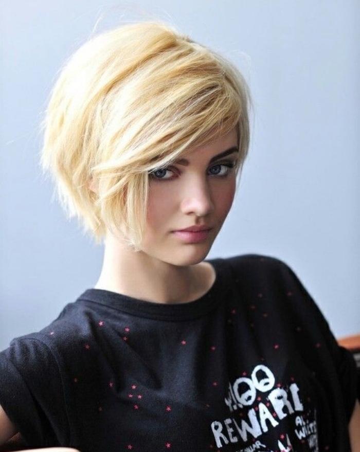coupe de cheveux courte femme, carré court sur des cheveux couleur blond, frange asymétrique longue