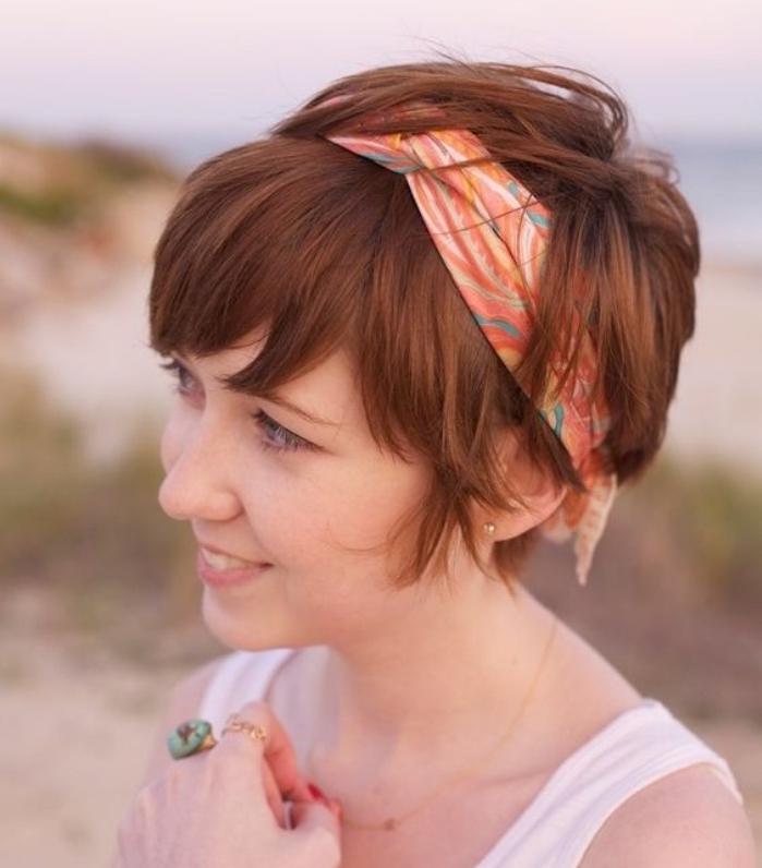 coupe de cheveux court femme élégante, idée de coupe pixie longue, bandeau de cheveux coloré