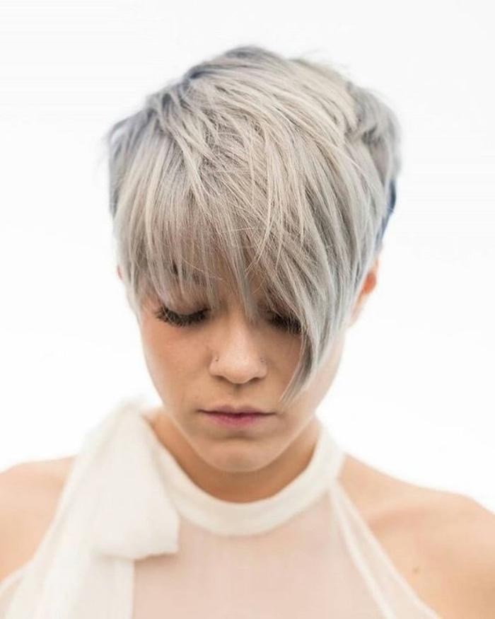 coupe courte femme, cheveux coloration grise, frange asymétrique, idée de modele de coupe pixie