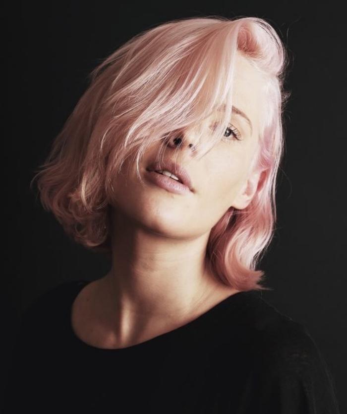 coupe de cheveux courte femme, coloration rose gold sur un carré court classique, asymétrie