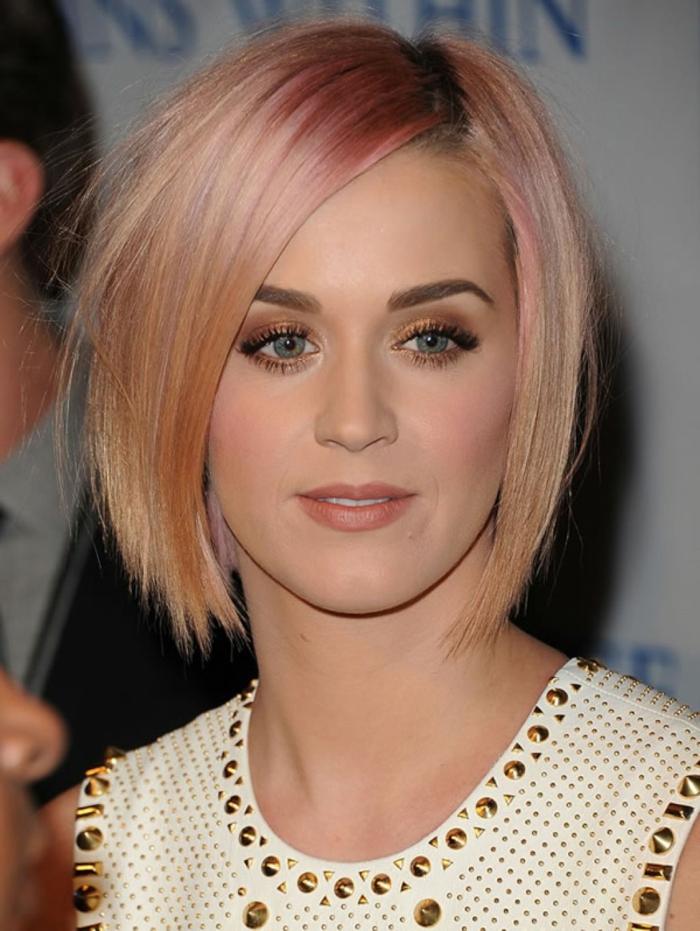 coupe de cheveux courte femme, Katty Perry avec cheveux blond rose et ombres bronzées