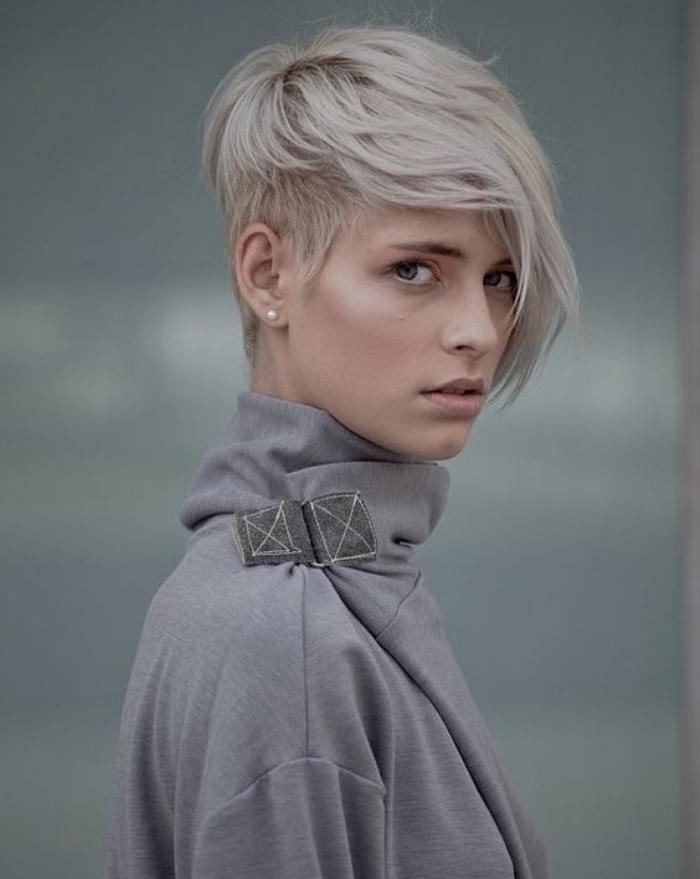 idée de coupe de cheveux court femme, mèche longue sur devant, coloration blond platine, look élégant