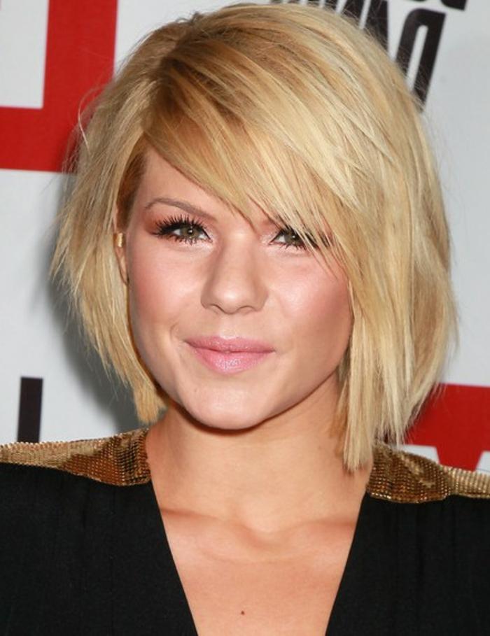 coupe de cheveux courte pour femme, carré frangé cheveux blonds