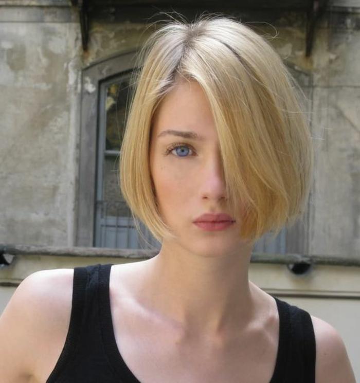 coupe de cheveux courte pour femme, maquillage simple, carré mi-long