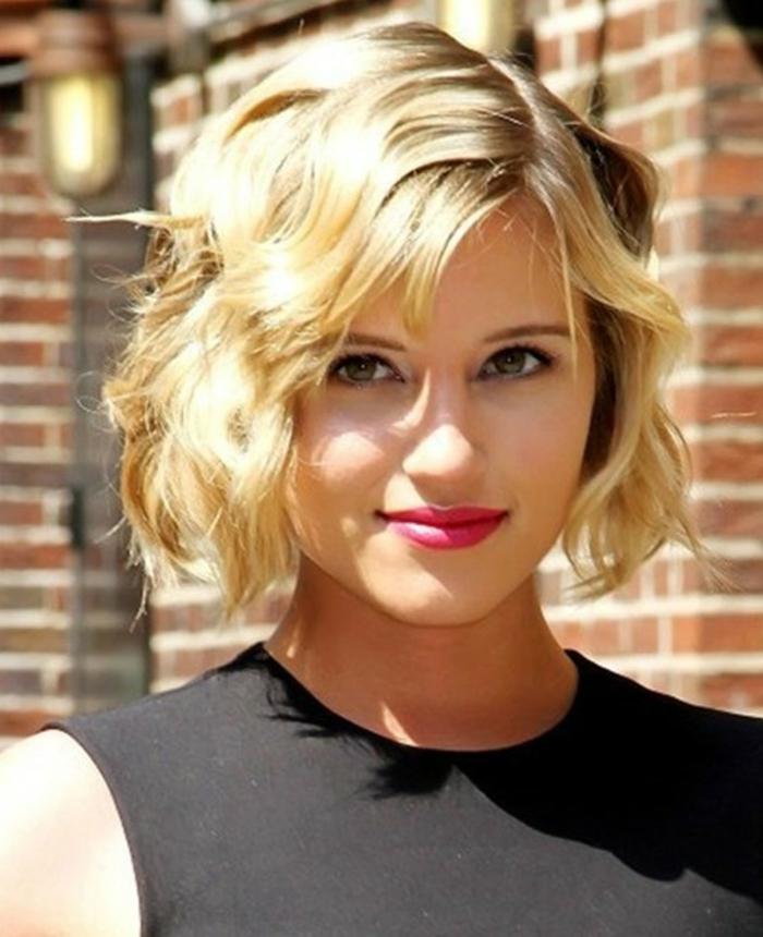 coupe de cheveux courte pour femme, cheveux ondulants couleur blond, maquillage