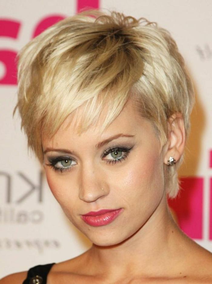 coupe de cheveux courte pour femme, maquillage des yeus bleun lèvress roses