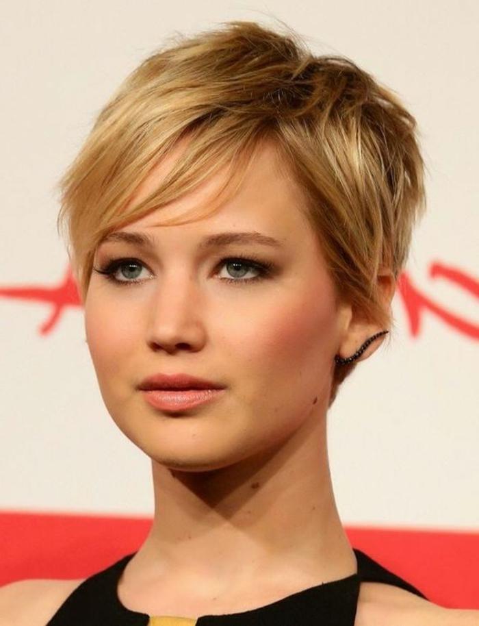 coupe de cheveux courts, Jennifer Lawrence avec une coupe courte et joli maquillage