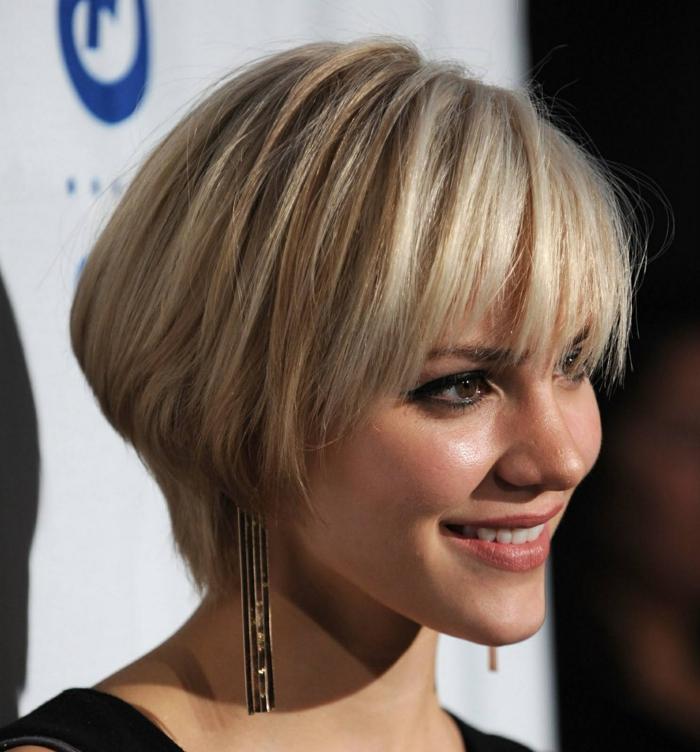 Coupe courte blonde visage rond
