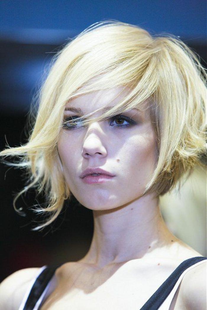 coupe asymétrique coupe courte coiffure cheveux courts et blonds mèches rebelles