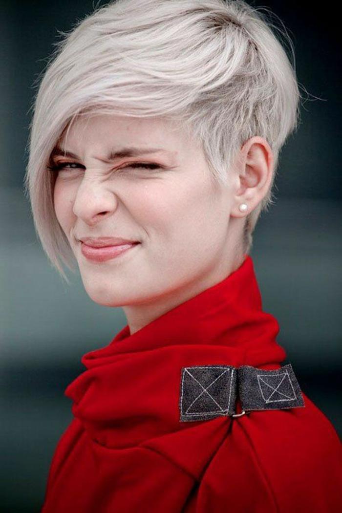 coupe asymétrique coupe de cheveux femme court cheveux en couleur grise