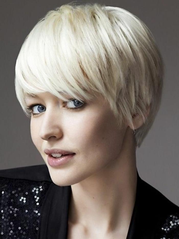 coupe de cheveux femme court, cheveux lisses et fins, coupe bol couleur platine