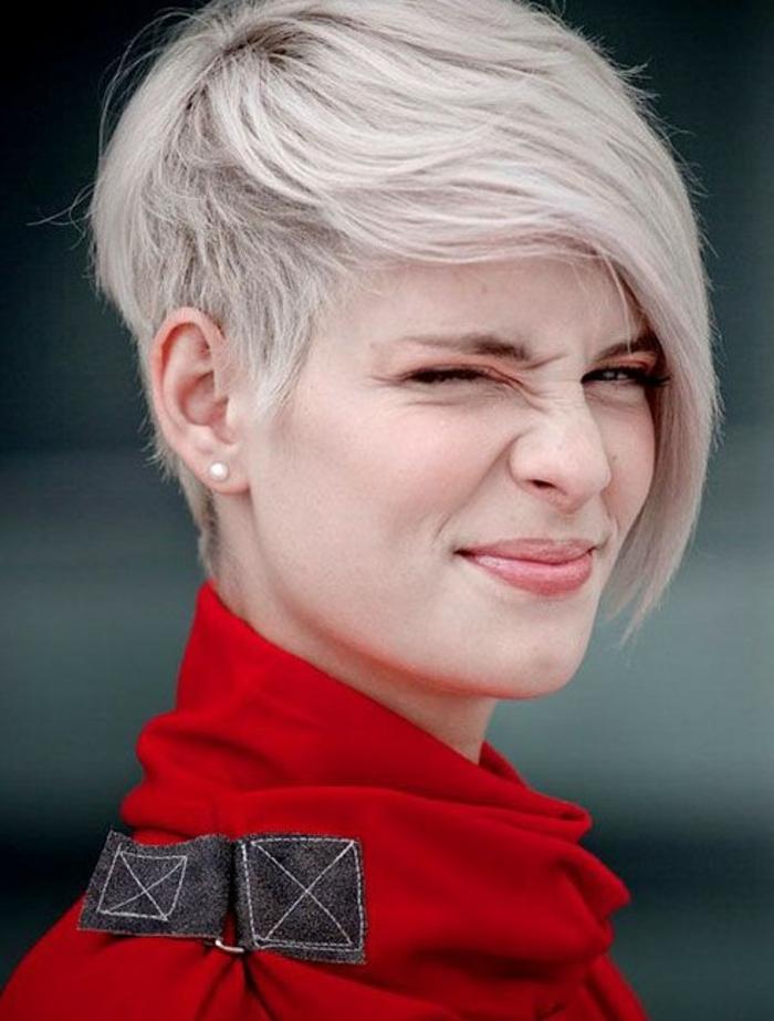 coupe de cheveux femme court, coiffure style grunge couleur blond platine