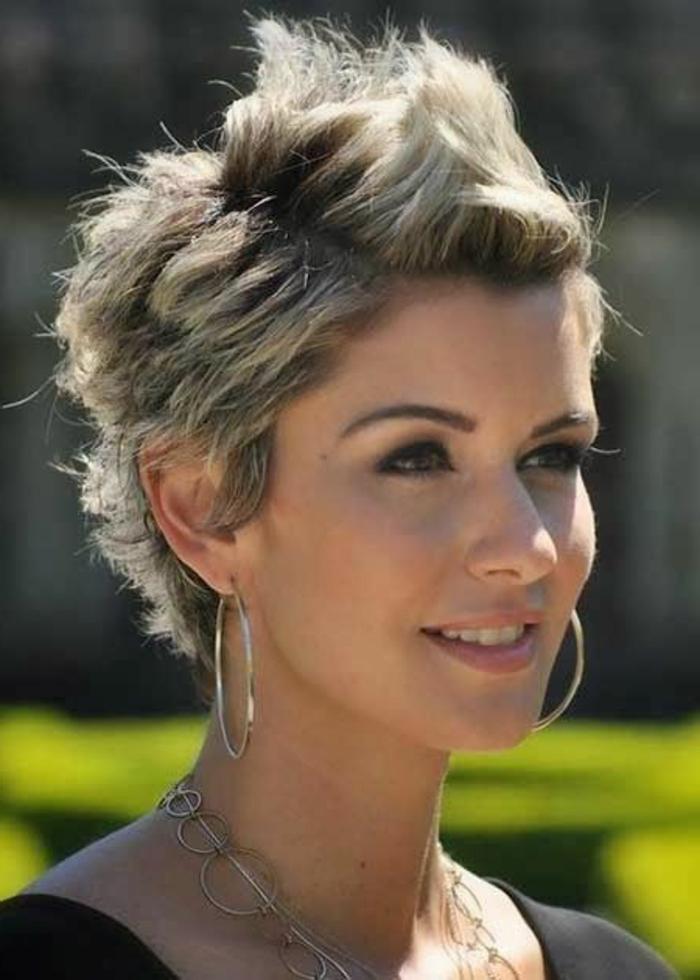 coupe de cheveux femme court, cheveux chataîns aux mèches blondes, boucles d'oreilles anneaux