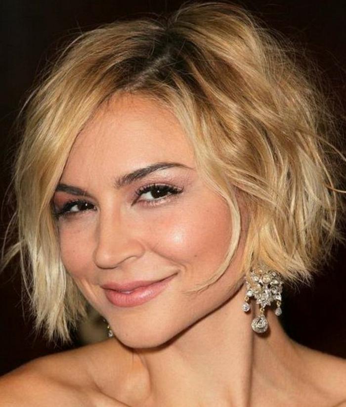 coupe de cheveux femme court, cheveux blonds, yeux marrons, boucles d'oreilles lumineuses