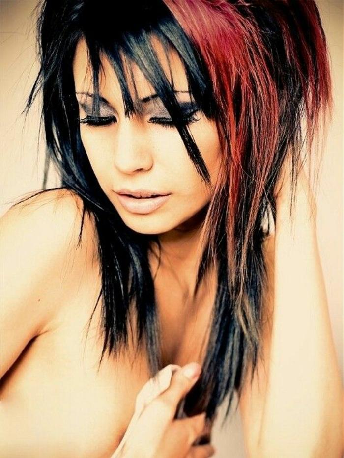 coupe asymétrique en noir et nuances rougeatres coupe de cheveux tendance