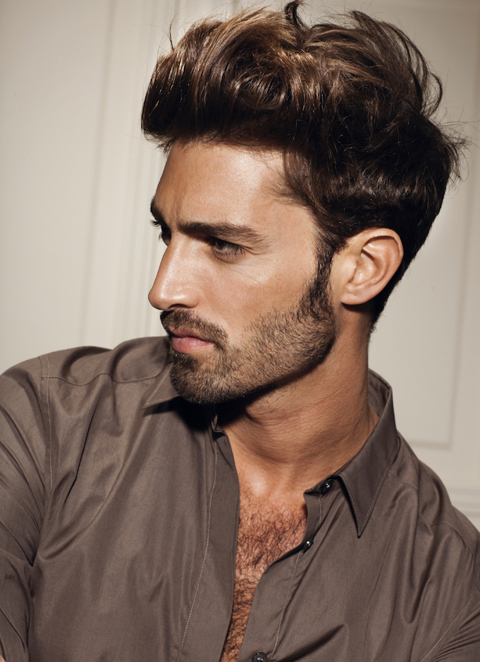 coupe de cheveux homme tendance, blazer marron pour homme, coupe de cheveux court avec longueur en dessus