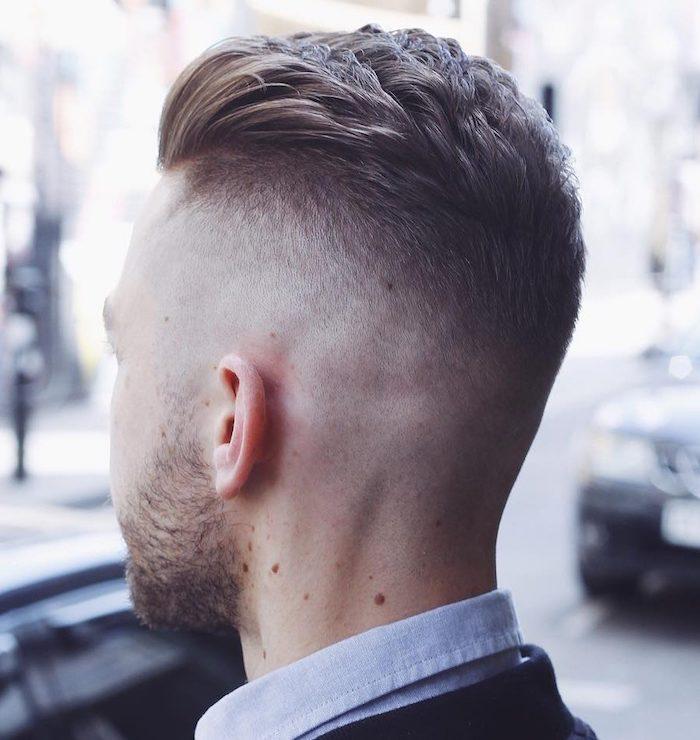 dégradé homme, chemise bleu avec blazer noir, nuque rasée homme, barbe courte, couleur de cheveux blond foncé