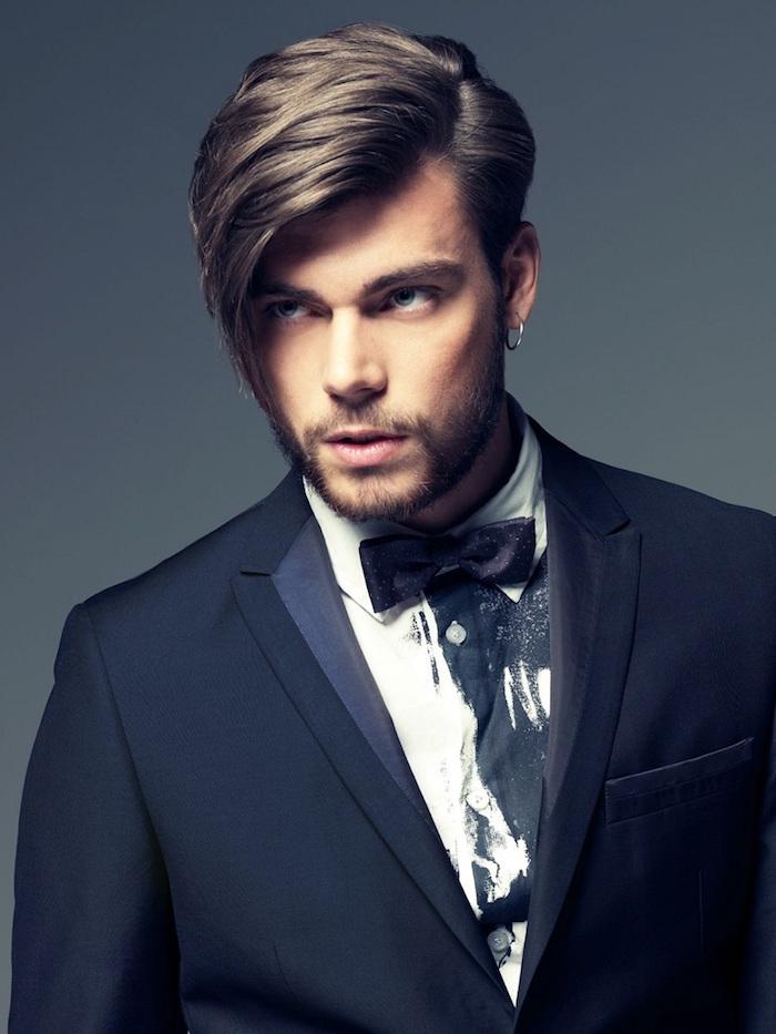 idée coupe de cheveux, chemise blanche avec papillon et blazer bleu foncé, anneau en argent pour oreilles