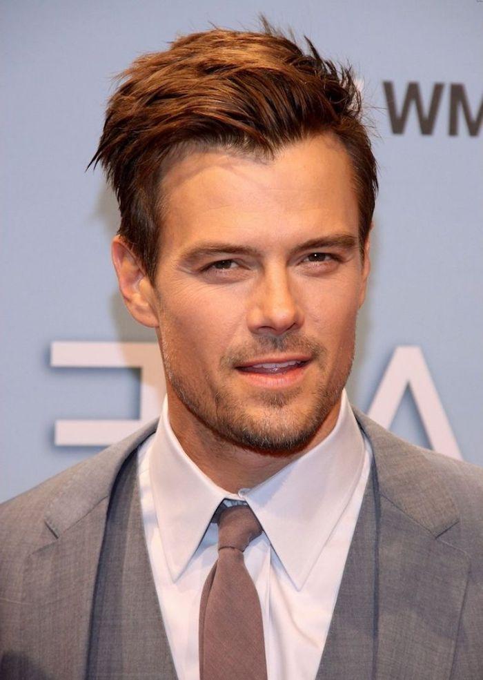 homme brun, chemise blanche avec cravate et blazer gris, coiffure célébrité masculine, coupe courte pour homme
