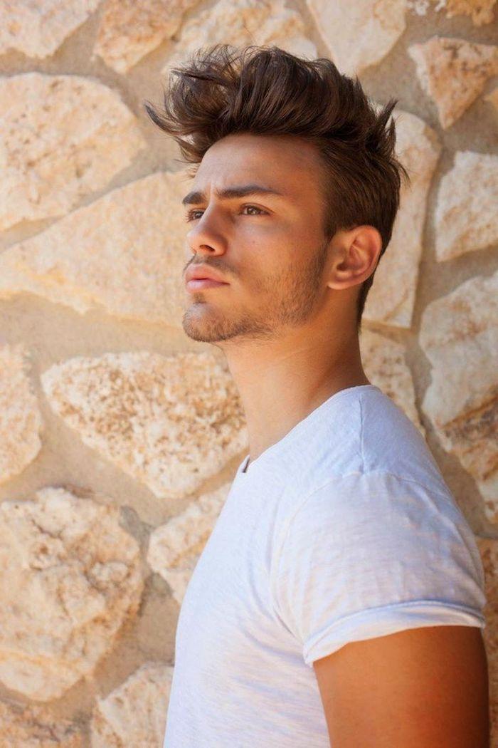 coiffure homme tendance, cheveux désordonnées avec du volume sur le dessus, t-shirt blanc pour homme