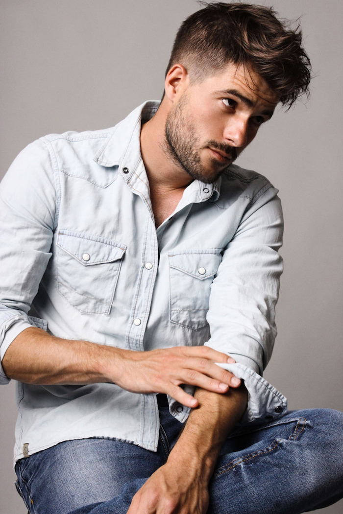 coupe garcon, chemise en denim claire avec boutons blancs, paire de jeans homme, couleur de cheveux marron