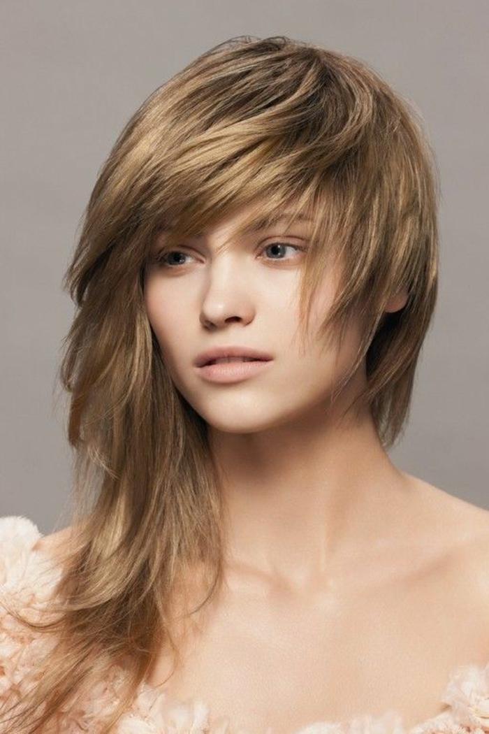 coupe asymétrique avec cheveux longs d un coté couleur caramel nuances du blond