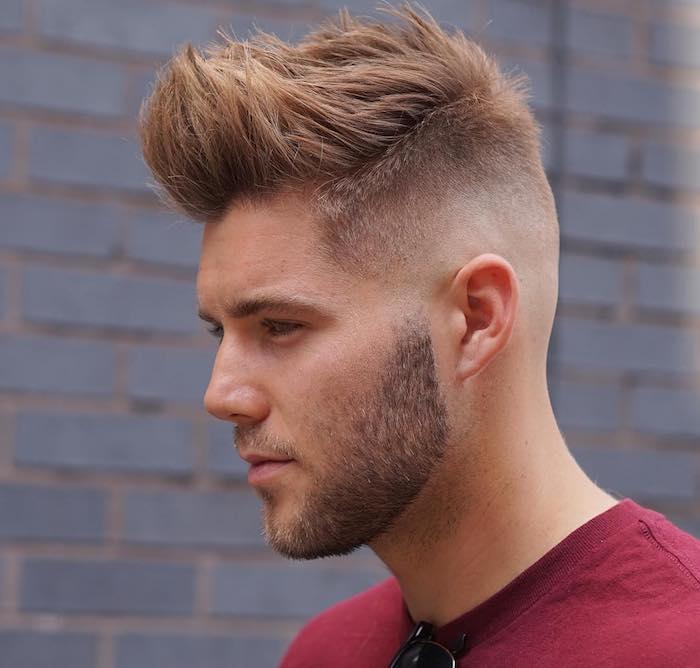 idée coupe de cheveux, t-shirt rouge pour homme, paire de lunettes de soleil noires, barbe courte noire