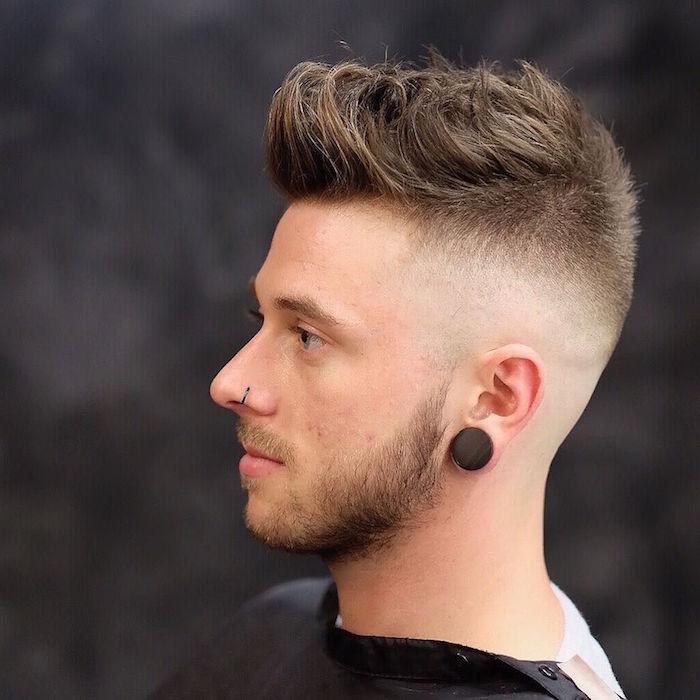 dégradé homme, piercing nasale pour homme, couleur de cheveux châtain foncé, barbe courte avec moustaches blondes