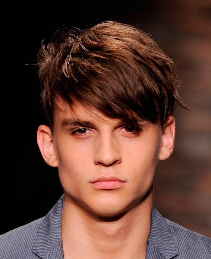coiffure homme tendance, blazer rayé en blanc et bleu foncé pour homme, coiffure cheveux marron avec frange sur le côté