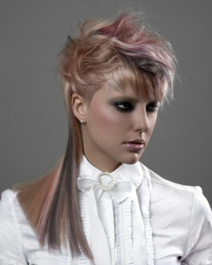 coupe asymétrique cheveux courts devant et longs derrière avec balayage caramel et mèches rouges