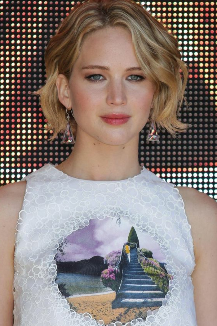 coupe femme court cheveux blond, joli maquillage sur le visage, ondulations légères