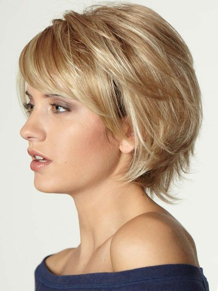 coupe femme court, maquillage de journée, cheveux messy et coiffure frangée