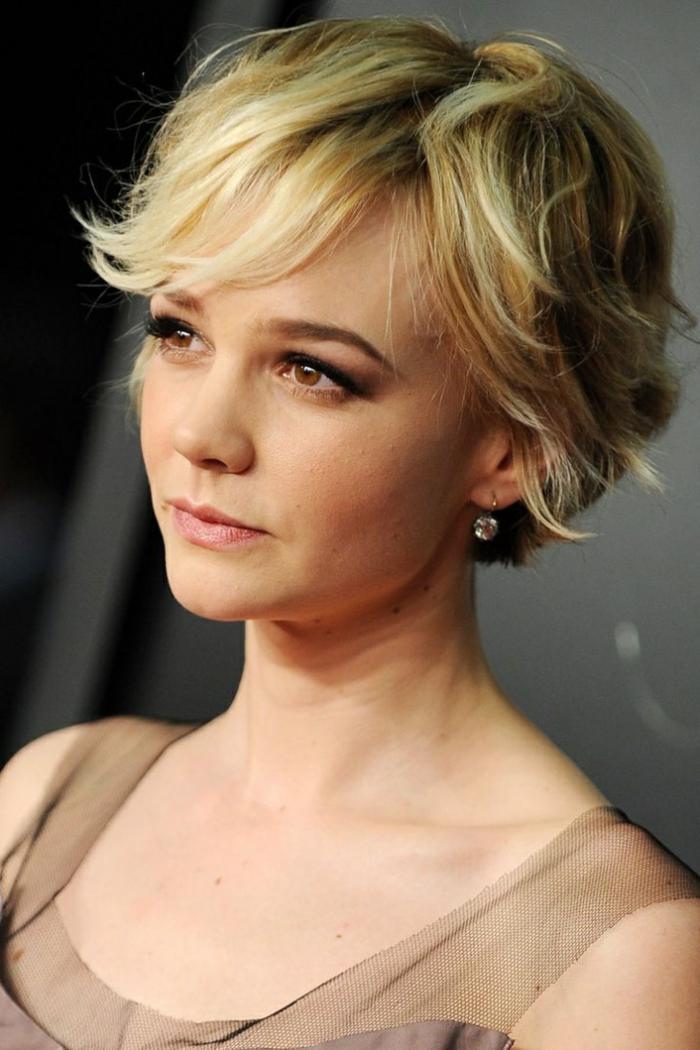 coupe femme courte, coiffure tendance de Carey Mulligan, maquillage de jour yeux marrons