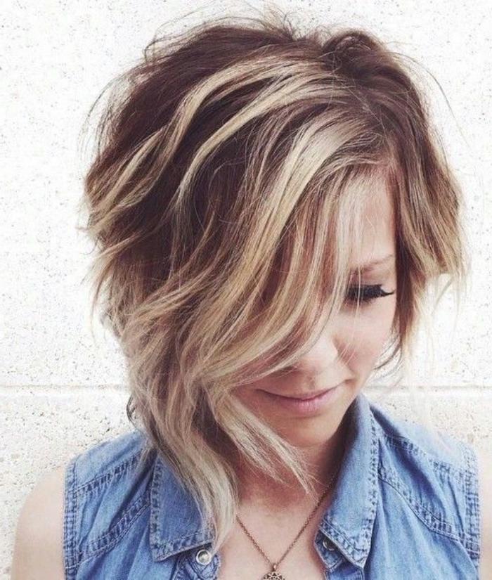coupe femme courte avec une mèche longue sur le devant, balayage blond, carré plongeant charmant