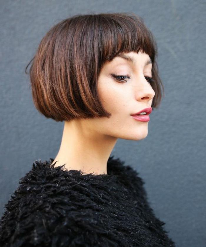 coupe de cheveux court femme, idée de carré plongeant court avec frange sur le front, coiffure vintage élégante