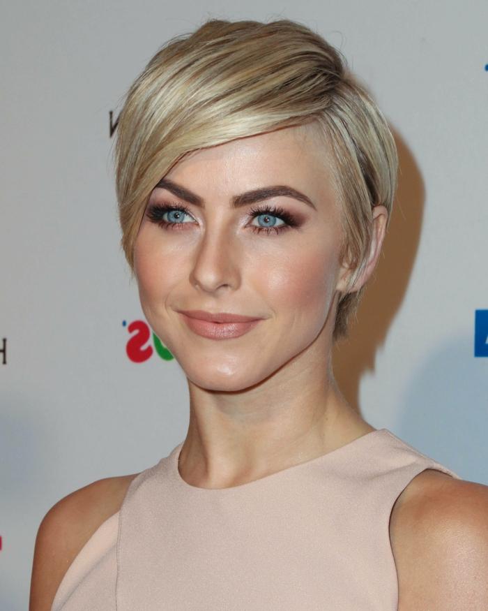 coupe femme courte, femme blonde en tenue rose nude, maquillage des yeux intense et lèvres nudes