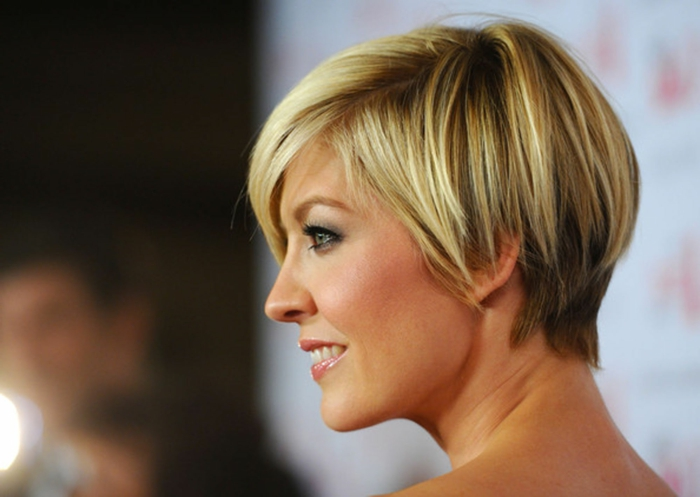 coupe femme courte, coupe bol femme, frange et cheveux effilés, mèches blondes