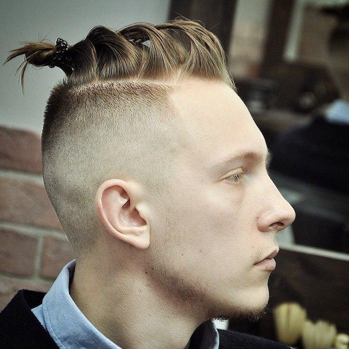 coiffure homme tendance , chemise en denim avec blazer noir, couleur de cheveux blonds, coiffure nuque rasée
