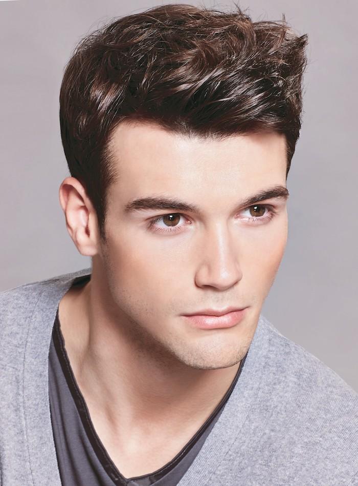 coiffure homme tendance, t-shirt et blouse grise pour homme, coupe de cheveux homme court, yeux marron homme
