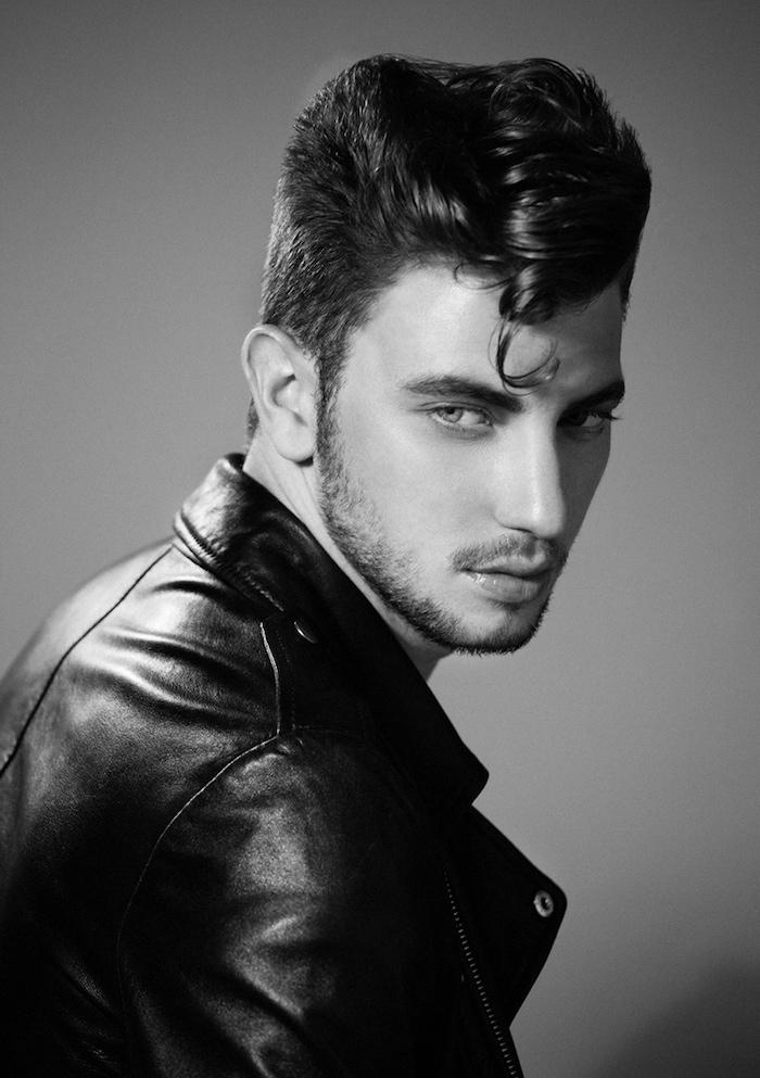 idée coupe de cheveux, veste en cuir noir pour homme, barbe courte avec moustache, cheveux raides avec mèche bouclée