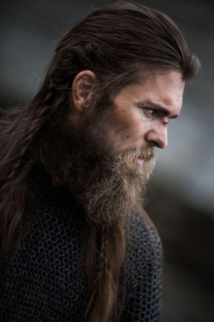 idée coupe de cheveux, coiffure homme aux cheveux longs, coiffure avec tresses, cheveux raides en marron foncé