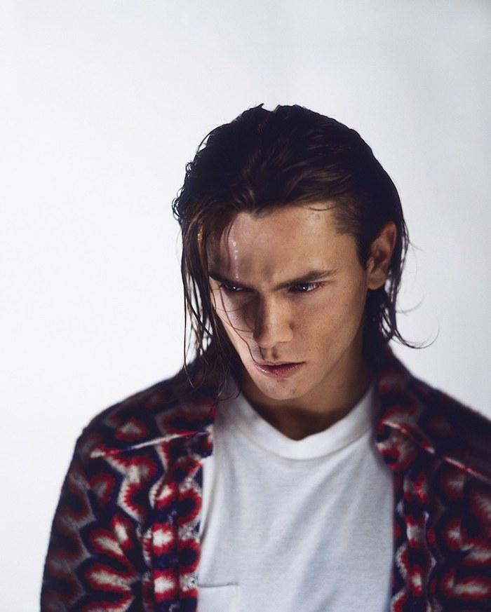 cheveux mi long homme, t-shirt blanc et chemise en rouge et bleu, couleur de cheveux homme marron foncé