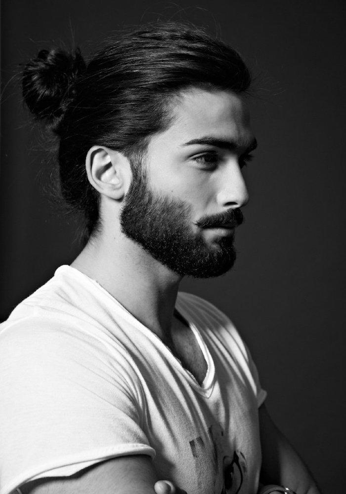 coiffure homme tendance, t-shirt blanc avec print pour homme, barbe longue et coiffure chignon haut