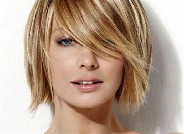 coupes courtes, couleur cheveux blond chataîn, yeux bleus, lèvres nudes