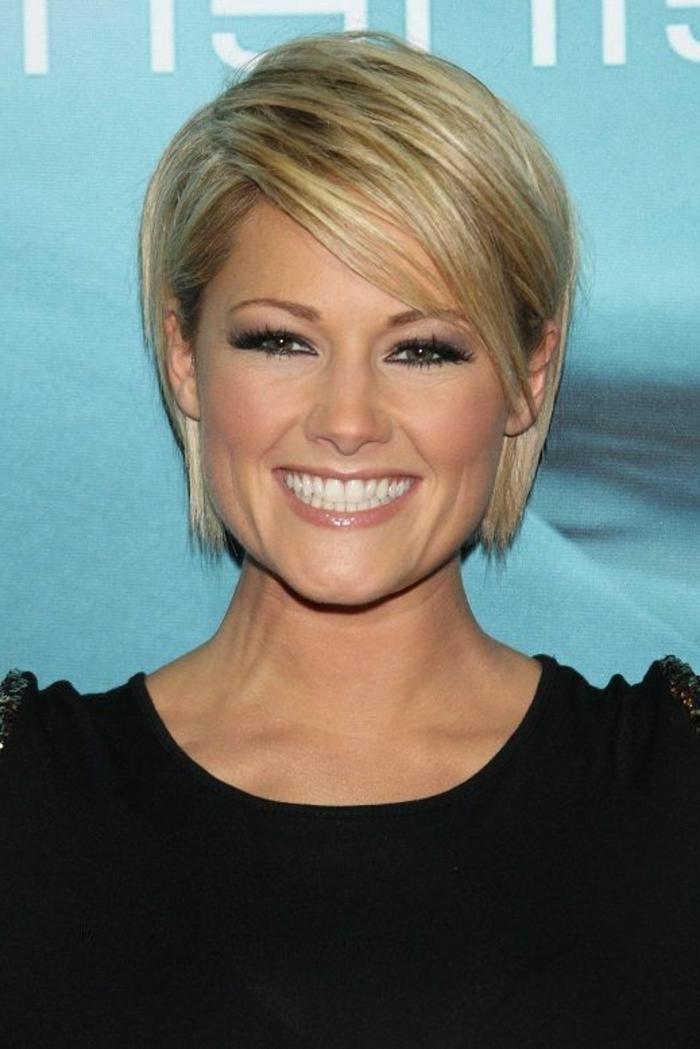 coupes courtes, coupe carré cheveux fins, tenue noire, jolie blonde aux cheveux courts