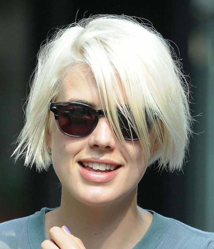 coupes courtes, carré blond platine, lunettes de soleil, frange droite