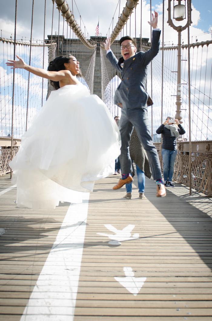 une photo de couple rigolote avec les mariés en l'air, séance photo urbaine