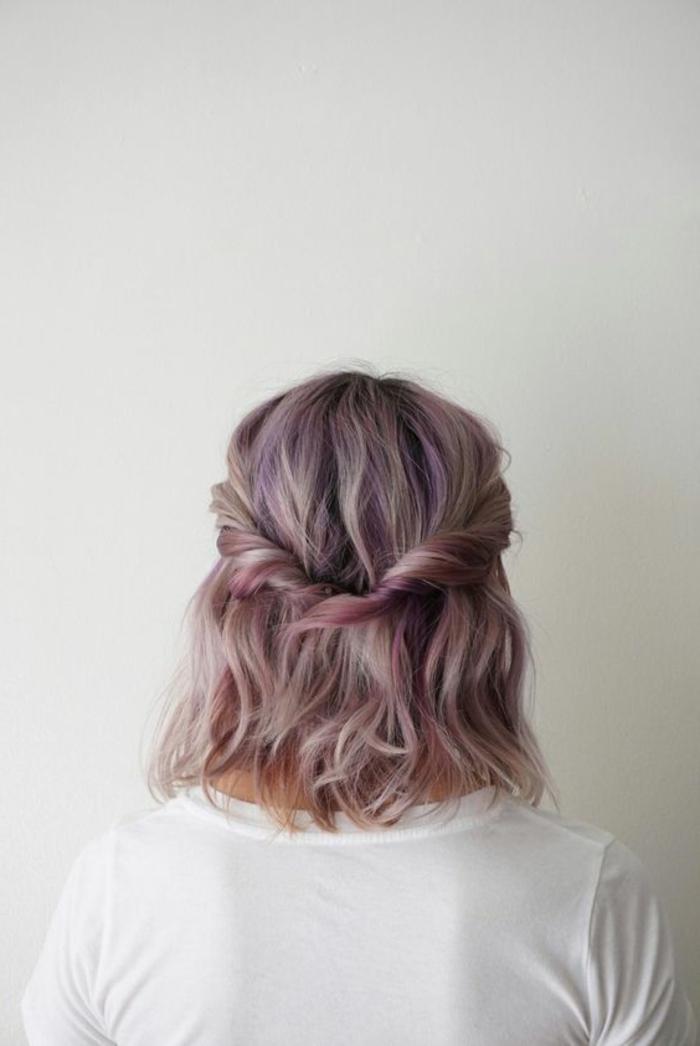 coiffure simple et rapide, mèches de devant entortillées et transformées en couronne de cheveux, coloration violette, rose